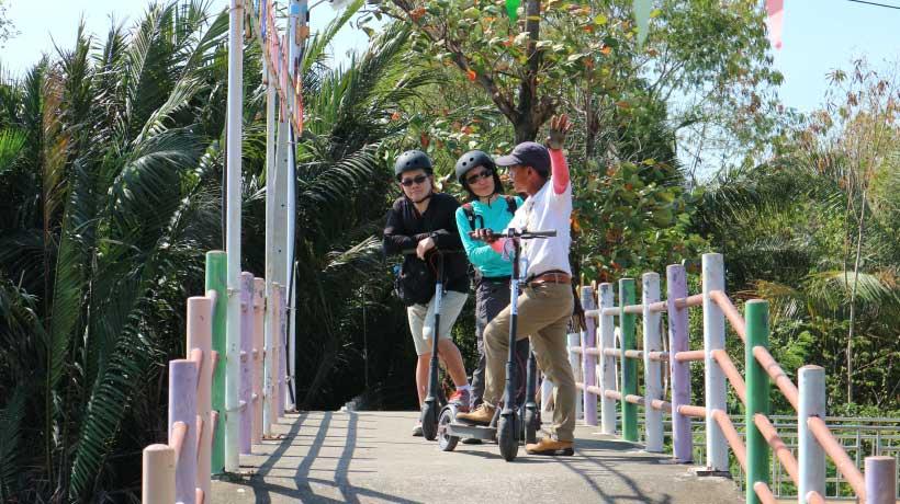 Bang-Kachao-guide-on-bridge-with-customers