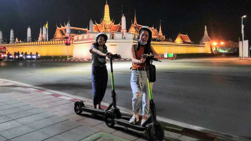 Night_Scooter_Outsite_Royal_Palace